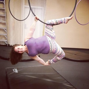 Single knee hang below hoop